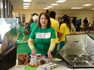 Karen demoing solar ovens 2015 Minimaker Faire
